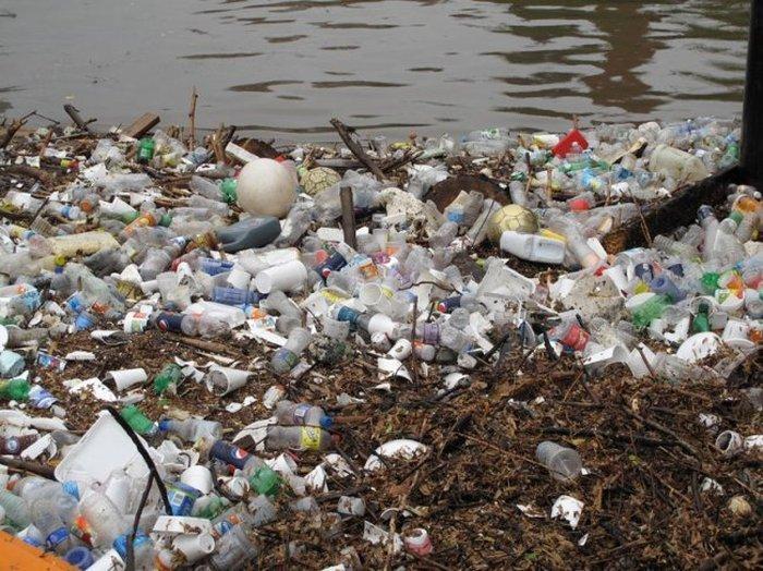 Баржа Мистер Хлам очищает воду от мусора