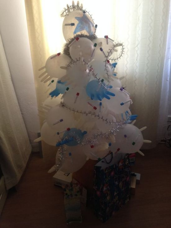Оригинальные рождественские и новогодние украшения от врачей