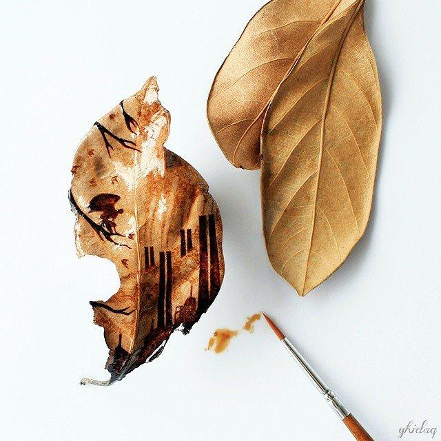 Рисунки на листьях остатками утреннего кофе