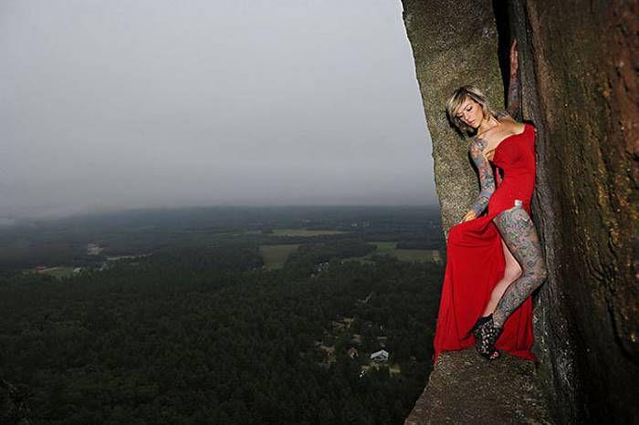 Экстремальный фотосет на небольшом уступе в 100 метрах над землей