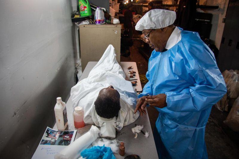 Специалист по макияжу для покойников
