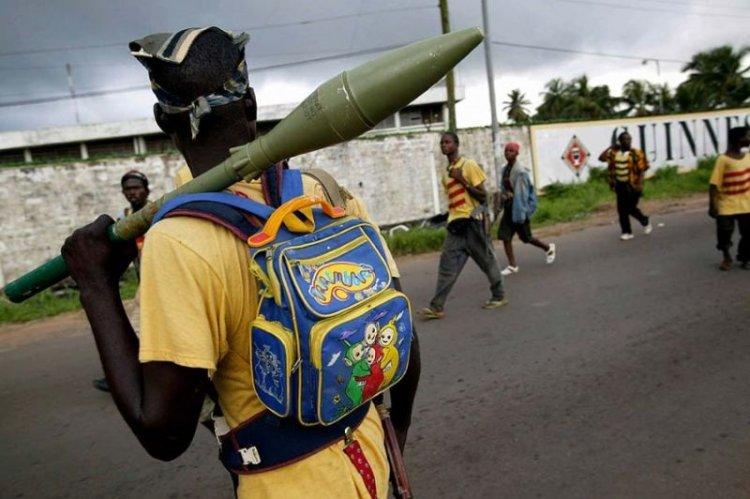 Веселые прикиды африканских ополченцев