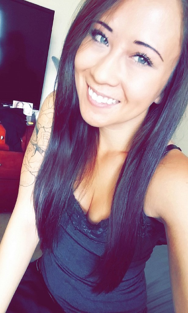 Красивые девушки из соцсетей улыбаются