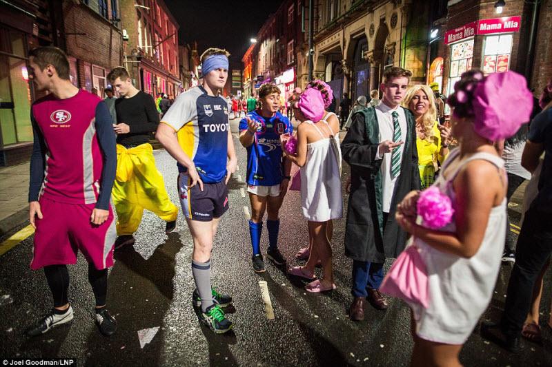 Англичане продолжают барагозить на улицах городов