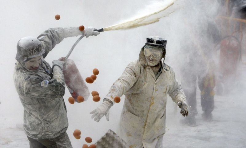 Монументальная битва едой на испанском фестивале