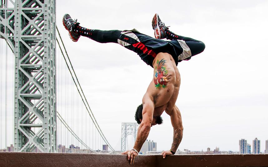 Йога на фоне знаменитых достопримечательностей