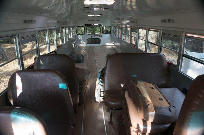 Комфортабельный дом на колесах из старого школьного автобуса