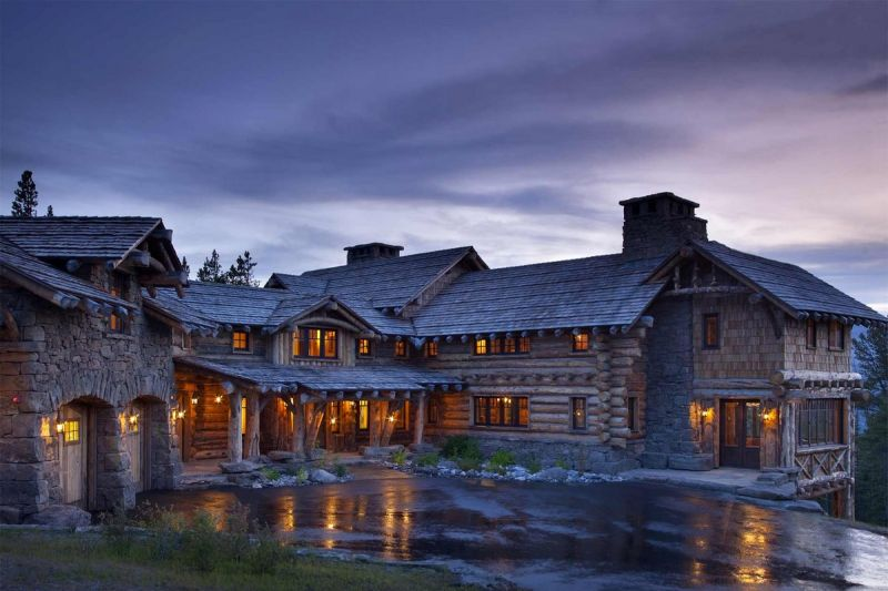 Прекрасный деревянный особняк среди горных склонов