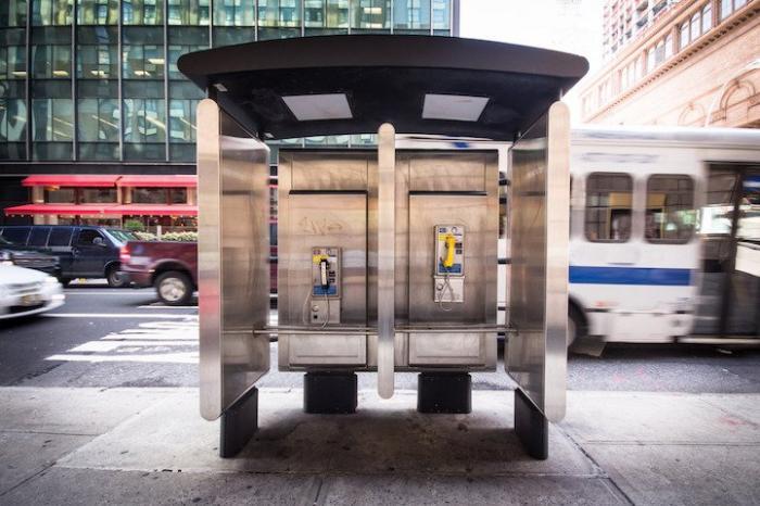 Современный таксофон в Нью-йорке