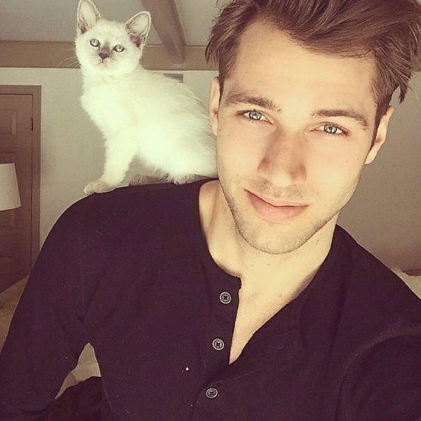 Симпатичные парни с котятами - две женские слабости в одном