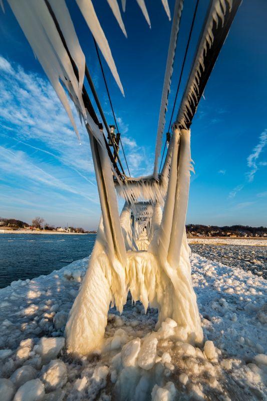 Замерзшие маяки на озере Мичиган