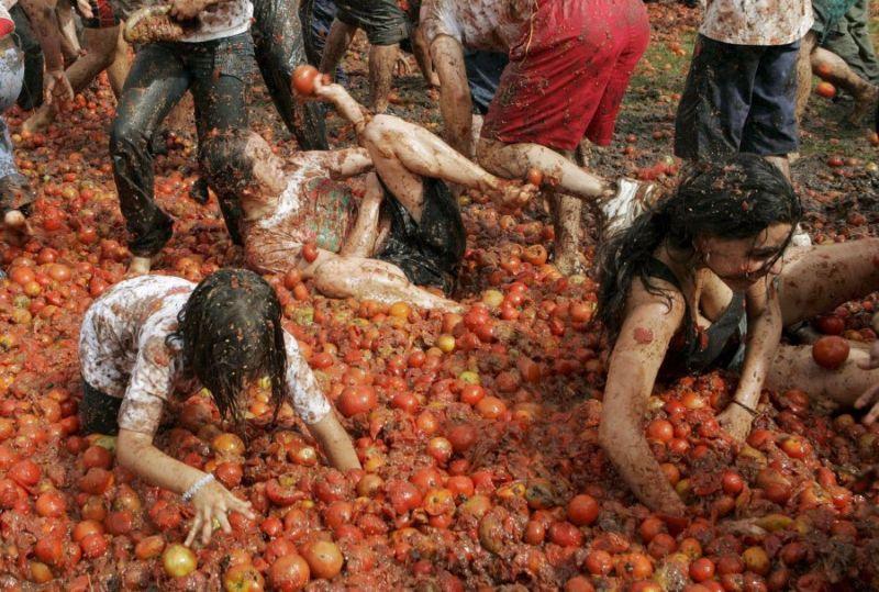 Итальянские девушки в томатном соусе с фестиваля Ла Томатина