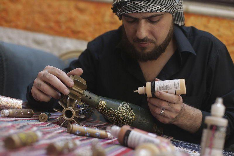 Сирийский художник расписывает минометные снаряды и гильзы