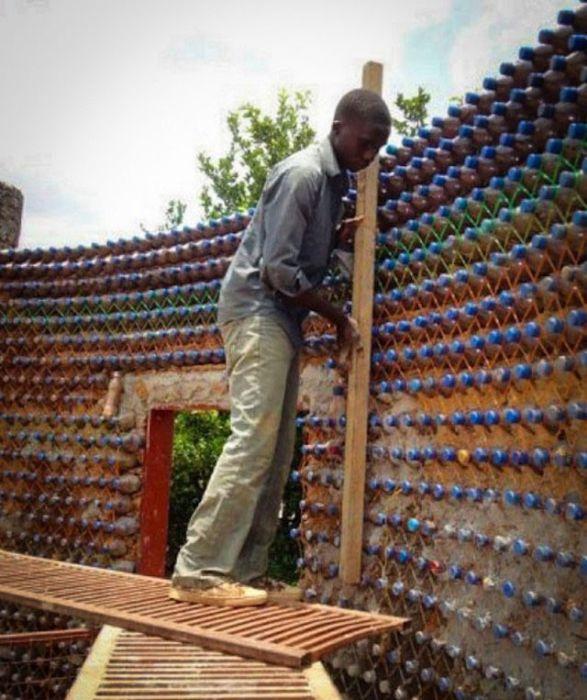 В Нигерии строят дома из пластиковых бутылок