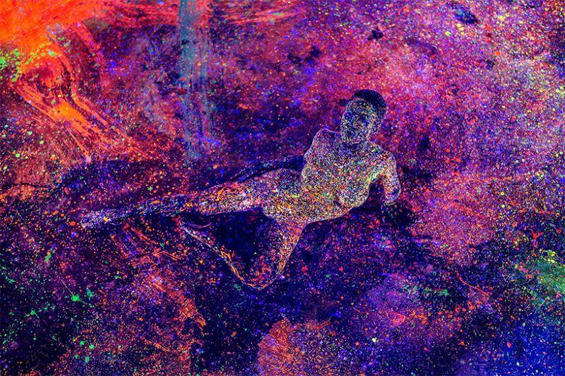Обнаженные модели в каплях флуоресцентной краски