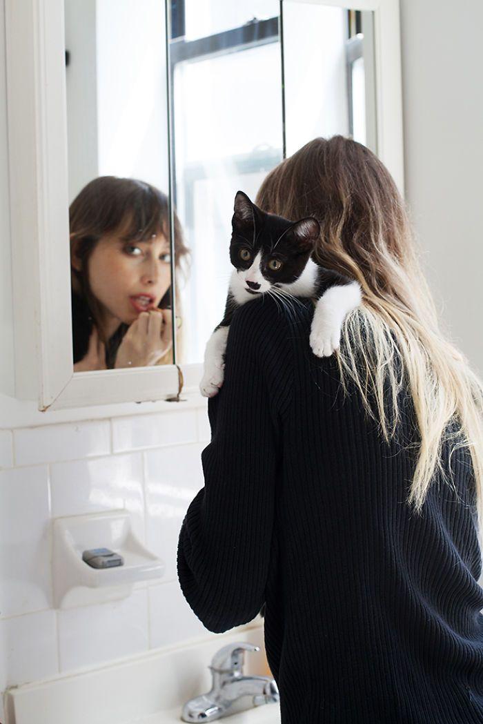 Красивые девушки с котами, которых они приютили