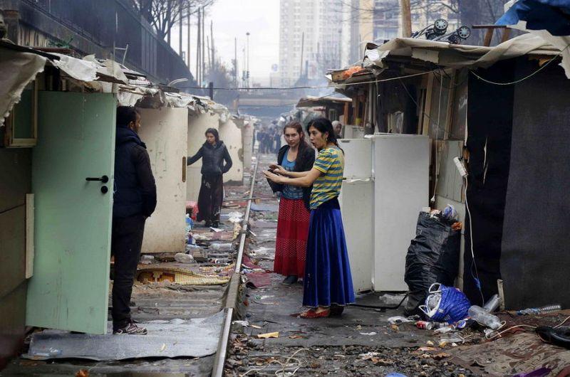 Цыганский лагерь на железнодорожных путях на окраине Парижа