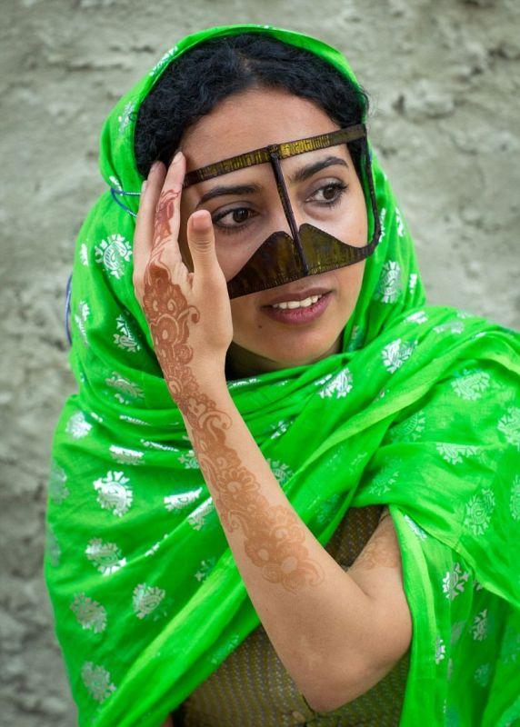 Усатые маски иранских женщин