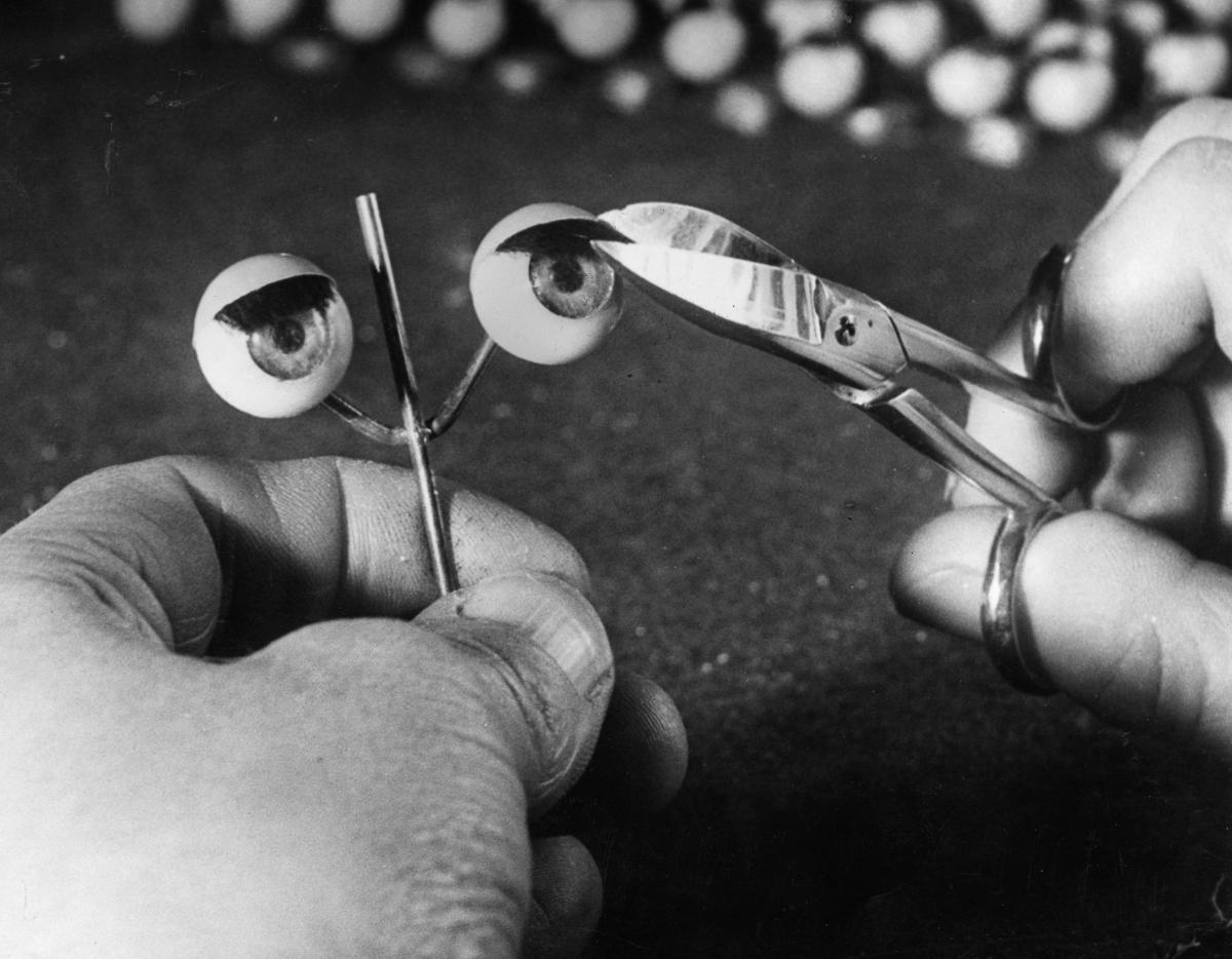 Жутковатые фотографии кукольного завода прошлых лет
