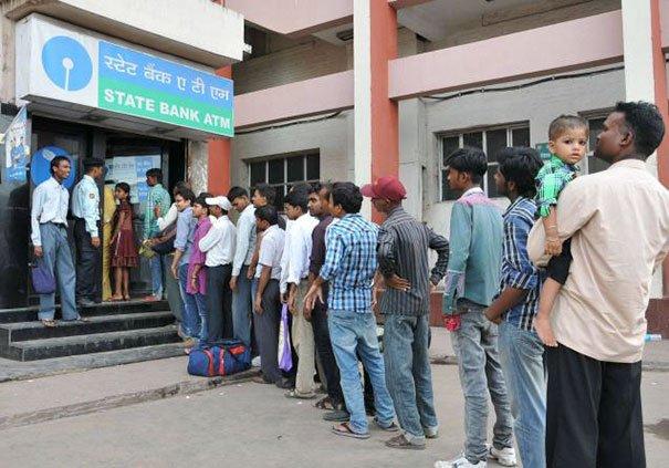 Люди снимают деньги с банкоматов в разных странах