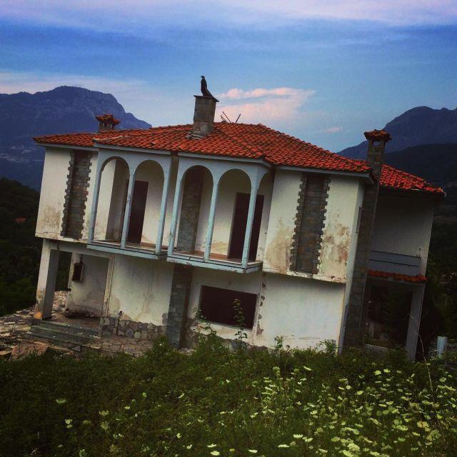 Ропото - греческое селение, которое сползает по горе
