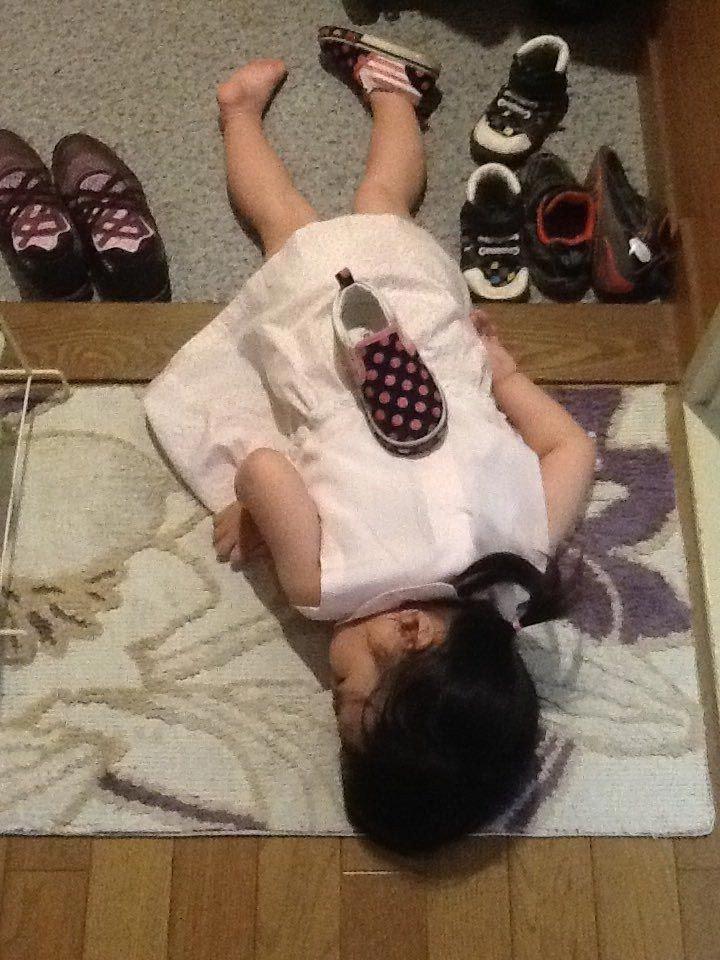 Японские дети, которые заснули в смешных позах и в необычных местах