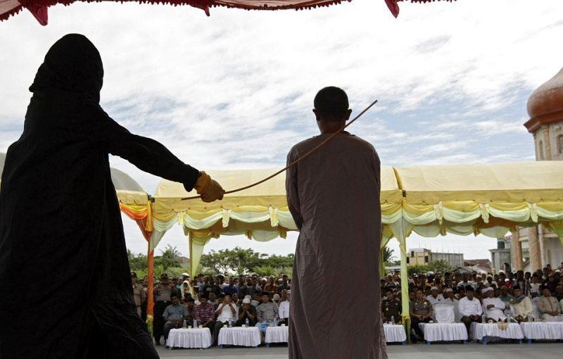 За азартные игры в Индонезии придают публичной порке бамбуковыми палками