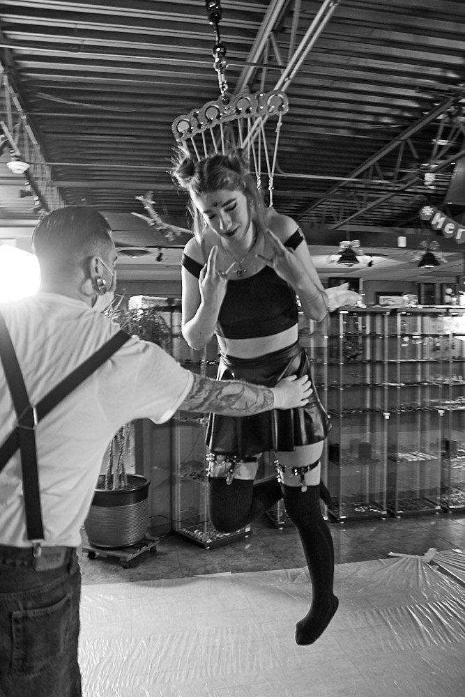 Радость девушки от первого подвешивания на стальных крюках