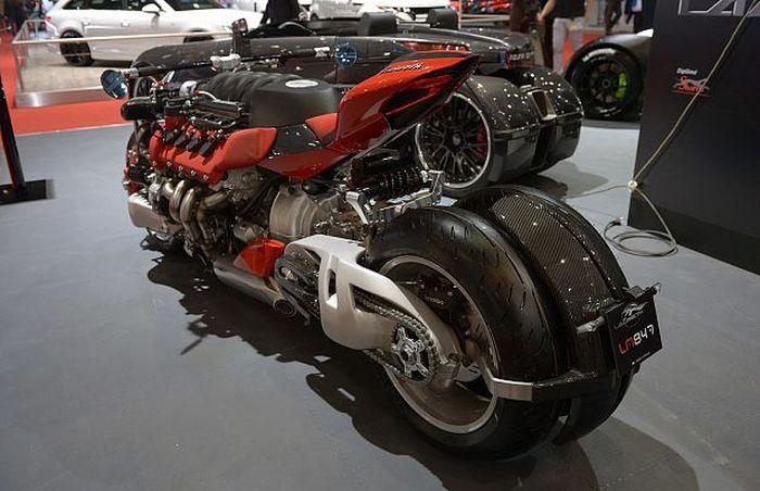Безумный мотоцикл с двигателем V8 - Lazareth LM487