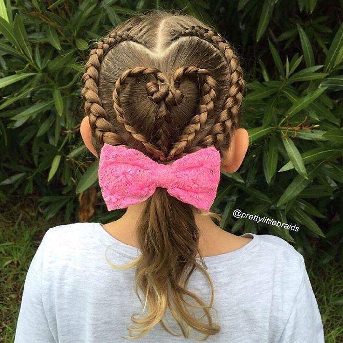 Мама заплетает дочке невероятные косы каждый день перед школой
