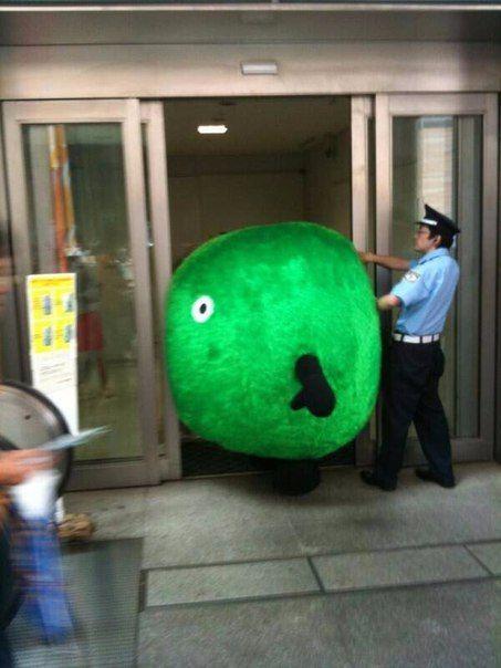 Японские маскоты не пролазят в узкие двери