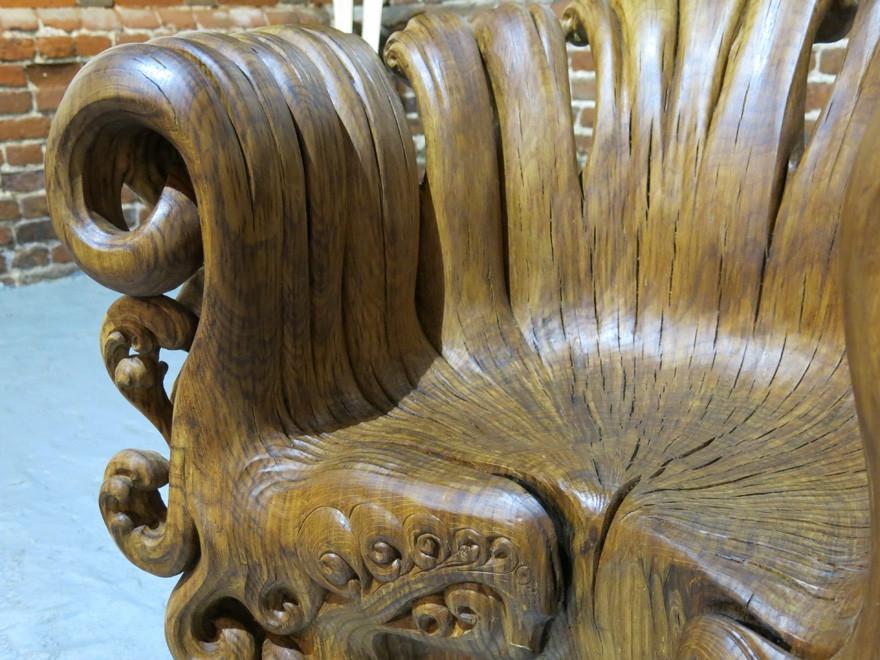 Потрясающее деревянное кресло, вырезанное из цельного дубового пня