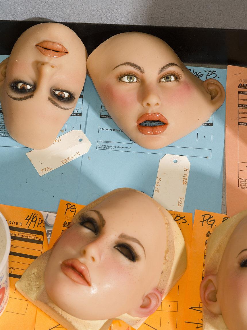 Внутри фабрики по производству секс-кукол