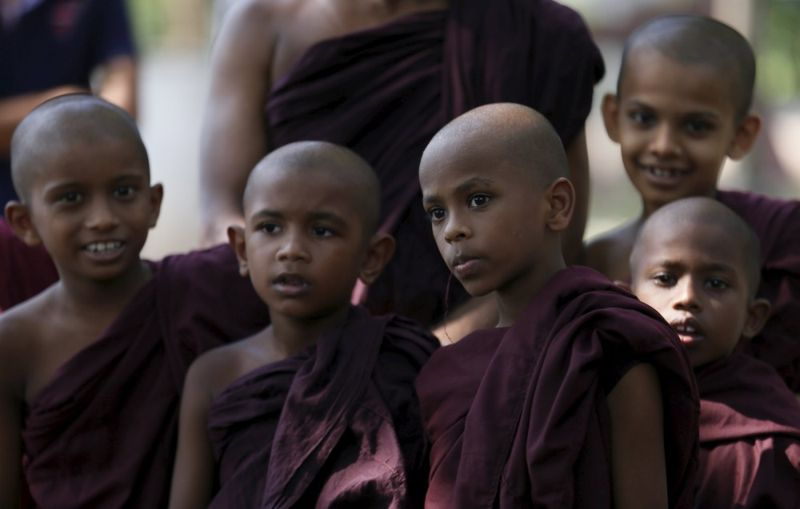 Как буддистские монахи хоронят слонов