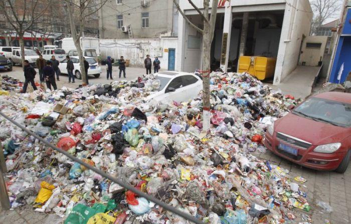 Китайские мусорщики проучили автомобилиста