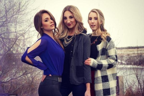 Красивые и веселые девушки-подружки