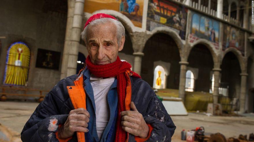 Этот испанец уже почти 50 лет строит собор своими руками