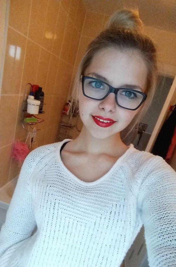Красивые девушки и красная помада