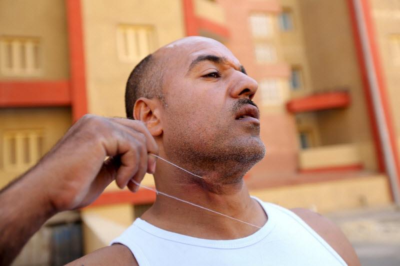 Египтянин ест гвозди, стекло и приучает к этому своих детей