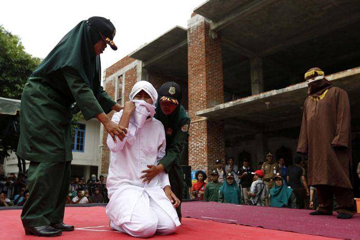 В Индонезии девушку публично наказали за секс вне брака