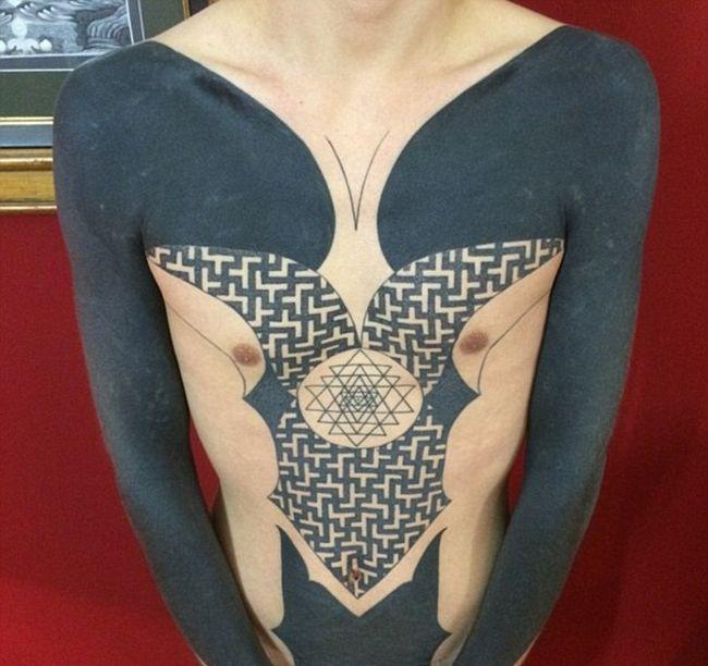 Избавиться от надоевших татуировок - просто закрасить их сплошным цветом