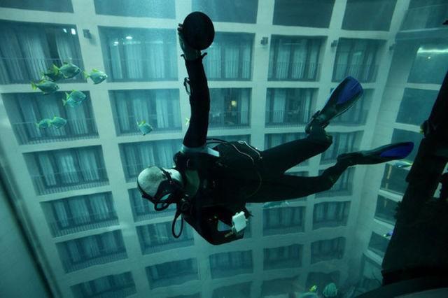 Лифт внутри аквариума