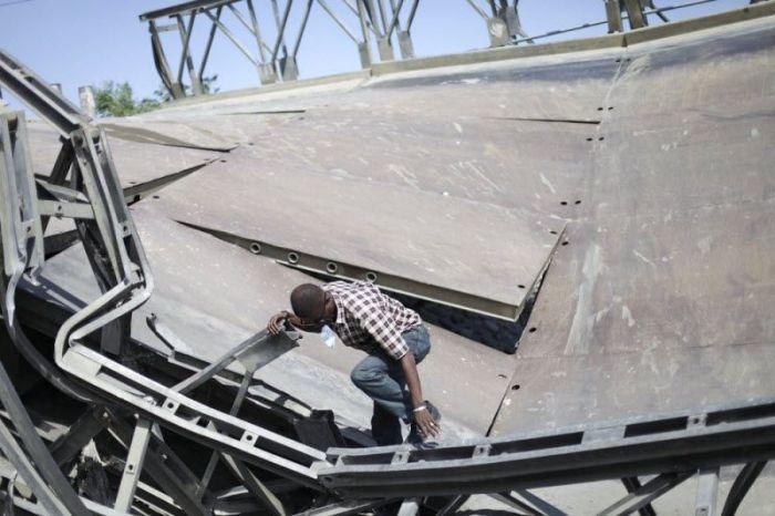 Жители Гаити пользуются по рухнувшим мостом