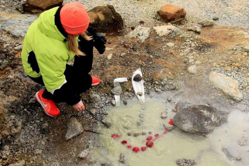 В горячих серных источниках Исландии красят пасхальные яйца