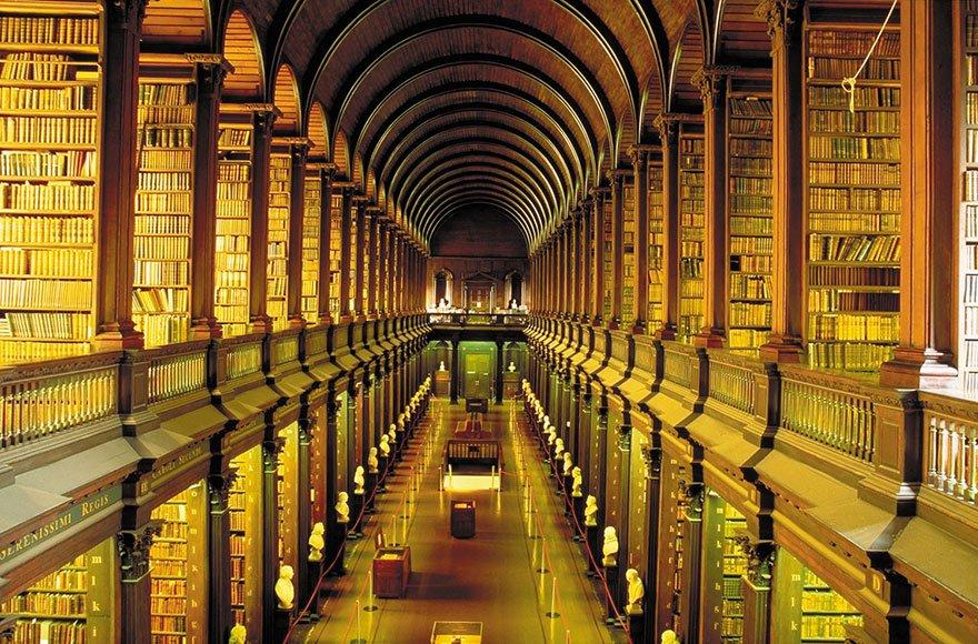 Впечатляющая библиотека Тринити-колледжа в Ирландии