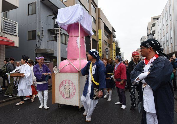 Счастливые лица участников фестиваля железных пенисов в Японии
