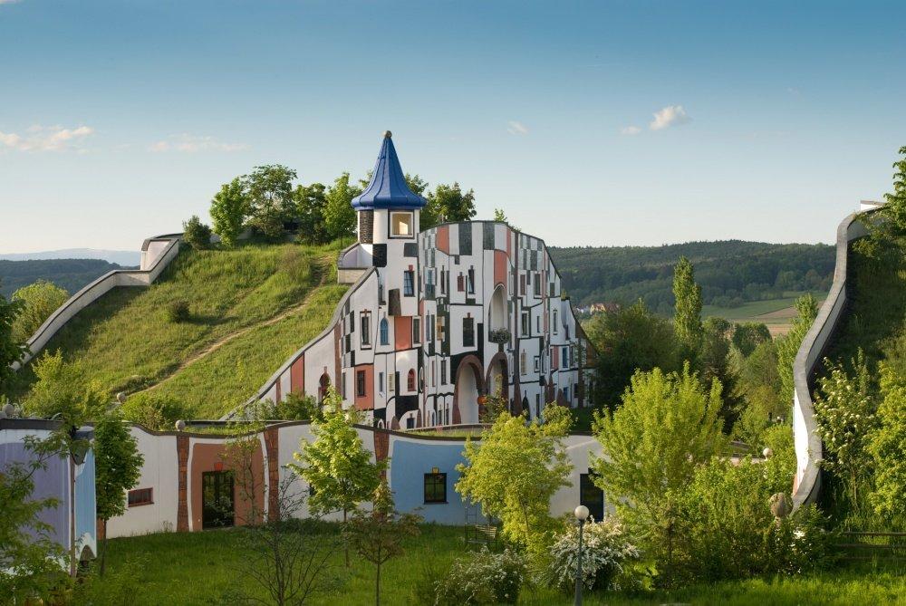 Дома с зеленью на крышах