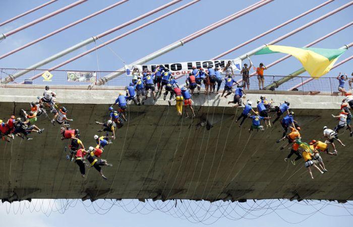 Бразильские экстремалы совершили самый массовый прыжок в роупдажмпинге