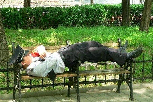 Люди, уснувшие в самых неожиданных местах и позах