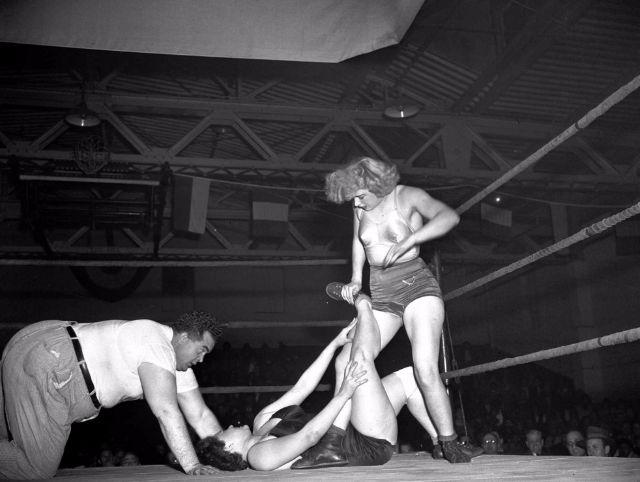 Женский реслинг – старые фотографии о том, что творят на ринге дамы